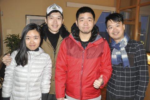 Fornøyd: Xiang Yu, Xuhu Fang, Shan Yan og Kaichi Lin fløy til Stockholm dro til Abisko og videre til Reine. – Vi leste om Lofoten og Reine og fant ut at det var et område og et sted vi ville besøke. Vi vil anbefale Lofoten til våre venner, sier de fire. FOTO: MAGNAR JOHANSEN