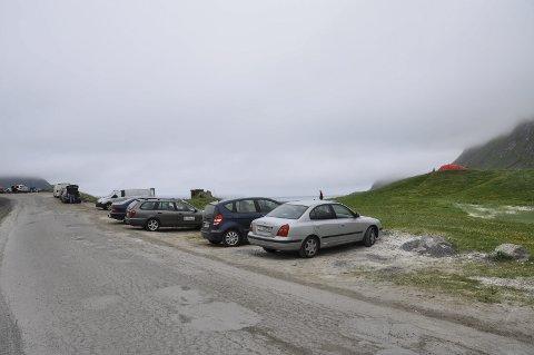 Forbudt: Det er ikke lenger tillatt å parkere langs veien mellom Vik og Haukland. Skiltet står t.v. i bildet, like forbi svingen. Forbudet er nå permanent hele året. Ole Kristian Larsen etterlyser mer informasjon om hvor besøkende kan parkere, mer enn hvor de ikke kan parkere. Foto: Synne Mauseth