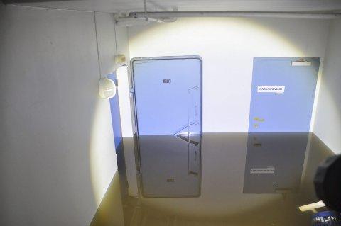 VANN: Vannet sto en meter opp over gulvet i kjelleren ved Ballstad skole og det er klart at det dreier seg om skader for milloner. Foto: Kai Nikolaisen