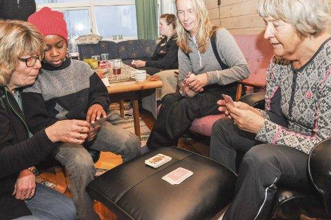 Aktivitetsdagen er mye kos også. Vri åtter; Mobarak spiller med Julie Hellan Larsen og Annemor Lindgaard. Han får hjelp av Torunn Rønningen.  Foto: Lise Fagerbakk
