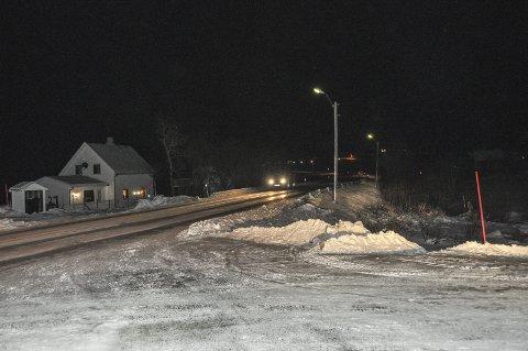 Hit: Dagens gang- og sykkelvei går så langt som Farstad. Herfra må de myke trafikantene både sommer og vinter, bevege seg på kanten av den sterkt trafikkerte E10. Foto: Lise Fagerbakk