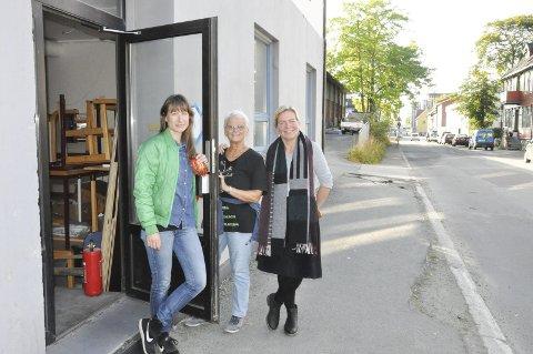 Velkomsten: Nylig fikk Velkomsten nye lokaler på VIO. Laura Johanne Olsen, Siri Bjercke og Gyri Mentzoni i Refugees Welcome to Vågan er glade for det.