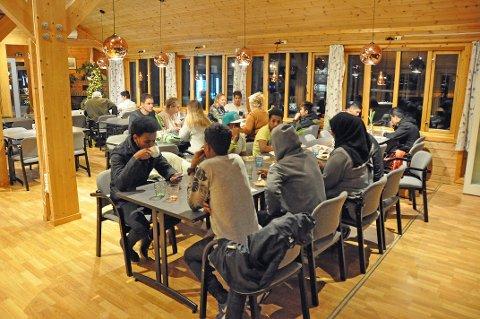 Julebord: Ca. 30 enslige flyktninger og ansatte i enheten tok turen til Knutstad for å møtes rundt middagsbordet.
