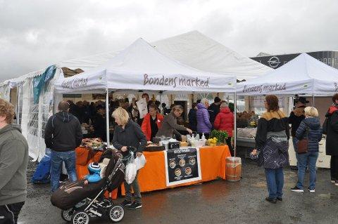STØTTE: Vestvågøy kommune gir 20.000 til oppstart av Bondens marked Lofoten. Her fra prøvemarkedet på Leknes i september