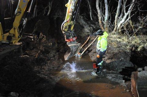 Her jobber rørleggerne med å reparere vannledningen