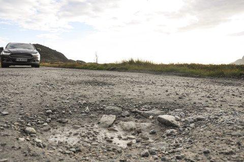 Hull: Det er mange kilometer med grusveg i Vestvågøy. Noen av dem, som Malnesveien, foreslås omklassifisert til privat veg. Foto: Lise Fagerbakk