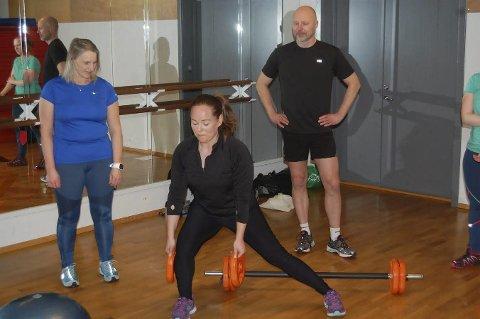 Øvelser: Maria Fouad viser daglig leder Sigve Olsen og Tove Huskebakk Olsen øvelser.