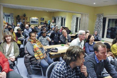 Mye folk: Møterommet i Havlykvartalet var fylt til randen tirsdag kveld til debatten i regi av Refugees welcome to Vågan.
