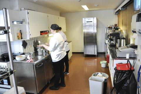 Slitt: Kjøkkenet i rådhuskantina er slitt, og trenger derfor oppussing. Foto: Lise Fagerbakk