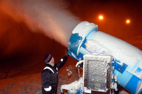 Snø: Et tidligere år, hvor snøkanonene gikk for fullt. Men det koster penger å produsere snø. Penger alpinsenteret per nå ikke har.