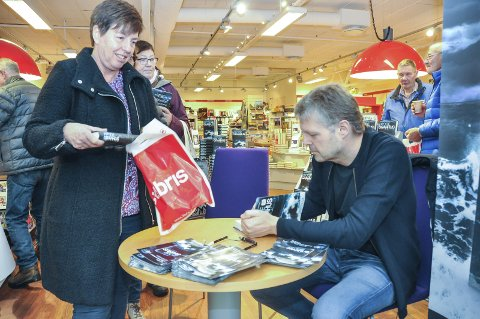 Fornøyd: Siv Fanny Løken er fornøyd med å få Frode Granhus sin signatur på to eksemplarer av den ferske boken «Forliset», om etterforsker Rino Carlsen. Foto: Lise Fagerbakk