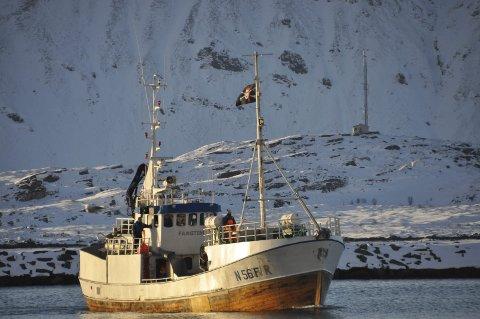"""""""Fangtind"""" på tur inn til Ramberg med sjørøverflagget heist til topps i masta"""