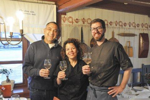 Godkjent: Siraas Fisher, Flor Maria Manzur og Miguel Vaz Oliveira jobber ved Anker Brygge og forteller at den nye Lofotvinen er veldig god. Foto: Synne Mauseth