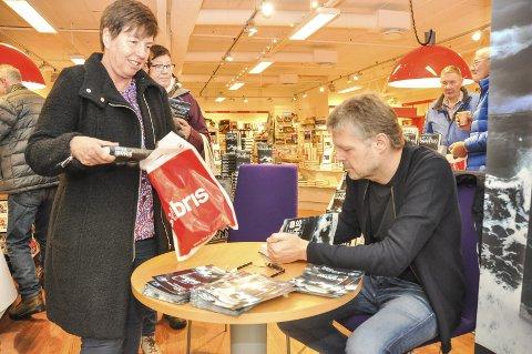 Signerte: Frode Granhus lanserte og signerte lørdag 25. februar sin nye bok på Libris på Lofotsenteret. Siv Fanny Løken sikret seg to bøker. Foto: Lise Fagerbakk