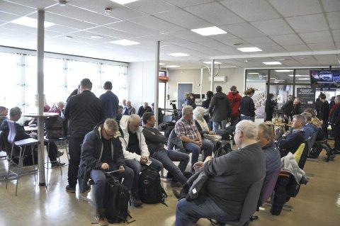 Søndag var det var fullt i avgangshallen, foran innsjekking og hos Securitas. Passasjerer sto i kø ute på trappe foran inngangsdøren.