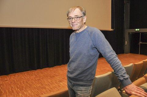 Fornøyd: Kinosjef Paul-Einar Olsen er så langt godt fornøyd med filmene, antall publikum og salene i Meieriet kultursenter. Her i den store salen, hvor kinolerretet senkes ned foran scenen og sceneteppet. Dermed kan kulturskolen ha sine instrumenter stående på scenen, ute av syne for publikum. Foto: Lise Fagerbakk