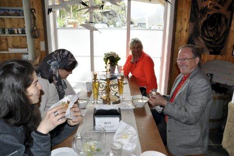 Fornøyd: Anita Gylseth har doblet inntektene på tre år. Her sammen med fornøyde gjester hos Anitas Sjømat. – Også jeg merker at vinterturismen har økt kraftig. Det har veldig stor betydning for resultatet, sier Gylseth som i år feirer 25-årsjubileum for bedriften på Saksrisøy i Moskenes. FOTO: magnar Johansen