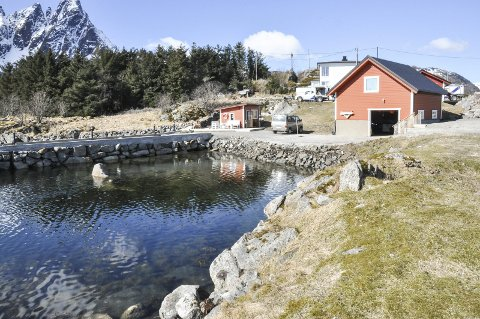 Sjøtomt: Paul Wilhelmsens eiendom på Ballstad, som han nå har fått ja til å videreutvikle. Foto: Lise Fagerbakk
