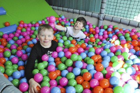 Venner: Kristian Jørgensen (8) og Eric Nicolaisen (8) syntes det var stor stas med lekeland. De ble også kjent med hverandre i ballbingen. Alle foto: Synne Mauseth