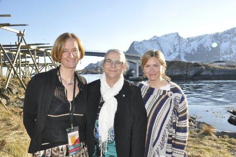 Aksjon for reinebringen: Ordfører Lillian Rasmussen (i midten) sammen med Agata Gasior (t.v.) og Runhild Olsen i Moskenes Næringsforening. Næringsforeningen har tatt initiativ til innsamlingsaksjonen som skal gi penger til å fortsette stibyggingen til Reinebringen. FOTO: MAGNAR JOHANSEN