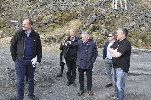 E 10: Her er samferdselsminister Ketil Solvik-Olsen (t.v.) på befaring med regionveisjef Torbjørn Naimak (i midten) på E 10 for to år siden. Fra 2024 får Veipakke Lofoten oppstartsbevilgningen på 1,250 milliarder kroner samt 750 millioner kroner til rassikring i Flakstad. arkivfoto: MAGNAR JOHANSEN