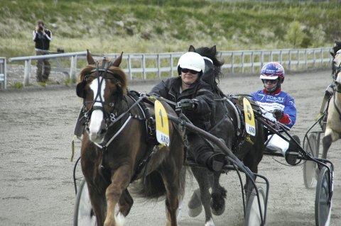 Vant: Lørdag kunne Viktoria Åsheim juble etter at Kampen Blessen og Sigmund Jakobsen vant V5-løp i Harstad. På dette bildet er hun selv kusk.