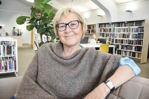 Til stede: Sonja Rypeng er pensjonert lærer. Hver mandag etter skoletid, bruker hun to timer av sin tid på å være til stede for ungdom. Stedet er Meieriet bibliotek på Leknes. Foto: Lise Fagerbakk