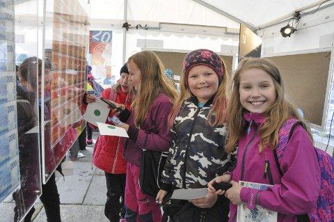 Fygle: Skoleklasser fra Vågan og Vestvågøy besøkte folkefesten. Ella, Leona, Malin og Eline hadde tatt turen fra Fygle skole.