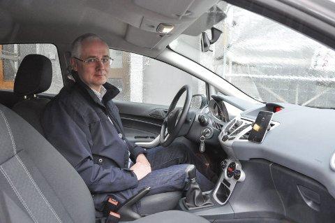 Ny app: Banksjef i Sparebank 1, Geir Bringsli har testet appen selv i en uke. Torsdag ble Lofotposten med han på biltur hvor han viste hvordan appen fungerer. Foto: Synne Mauseth