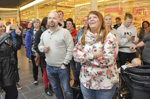 Venter: Tor Olav Eidem og Randi Rasmussen venter i spenning med stadig flere mennesker som etter hvert fyller gangen foran Coop Extra.