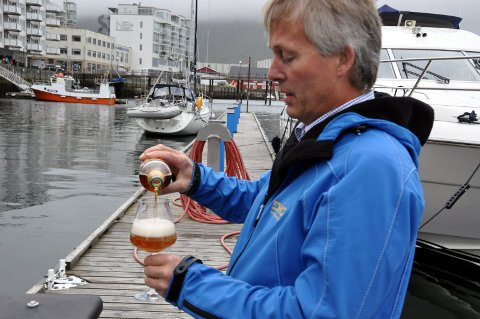 Omvisning: Thorvadur Gunnlaugsson hos Lofotpils i Svolvær tilbyr omvisning og smaking til Hurtigrutens passasjerer.