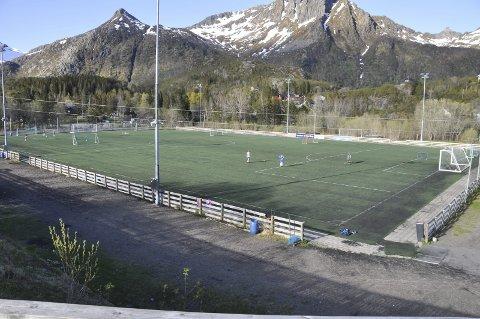 Modent: Kunstgresset på Stranda stadion i Svolvær er modent for utskiftning.Foto: Kristian Rothli