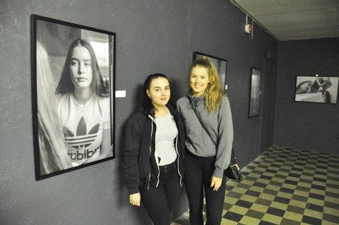 Fotoutstilling: Thea Klaussen og Camilla Kjellbergvik inviterer til egen fotoutstilling. Den har fått navnet «Surviving not living» og tar for seg mentale lidelser, da spesielt blant ungdom.