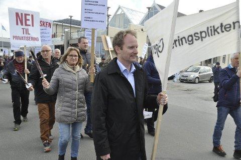 Fornøyd: Vestvågøy-ordfører Remi Solberg i protesttoget på Melbu mot fiskeriminister Per Sandbergs forslag om å skrote pliktsystemet for trålerne. Han er ikke overrasket over at fiskeriministeren trekker forslaget. – Når man ser opprøret langs kysten er det den eneste fornuftige løsningen, mener han. FOTO: MAGNAR JOHANSEN