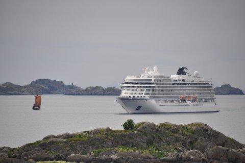 """Her hilses splitter nye """"Viking Sky"""" velkommen til Leknes av """"Lofotr"""":"""