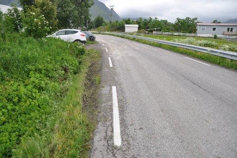 Spor på stedet tyder på at bilen har kommet fra Stamsund. Den har fulgt grøftakanten, truffet en innkjørsel og to stolper på sin ferd