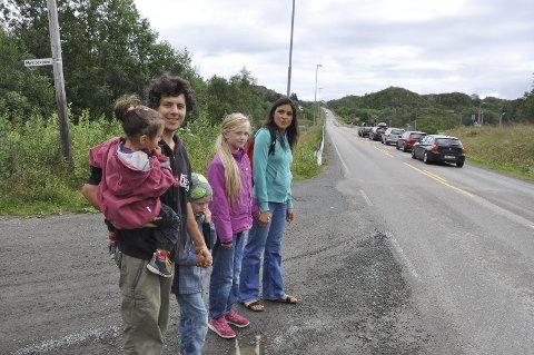 –Farlig: Inge Wegge og beboere i området har ønsket lavere hastighet i lang tid. Fartsgrensa er 80 på strekninga. Her fra da problemene med å krysse veien ble omtalt i 2016.