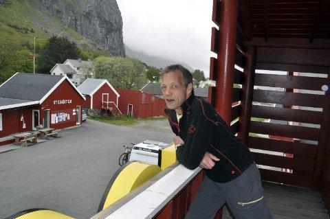 Konkurransevridende: Næringsaktør Harald Johansen er skuffet over at Fylkesmannen sier nei til Ramberg som typisk turiststed. Dermed må søndagshandlende turister henvises til Reine, som har fått ja, eller Leknes som har «Brustadbu». – Det er konkurransevridning, mener eieren av Ramberg Dagligvare. FOTO: magnar Johansen