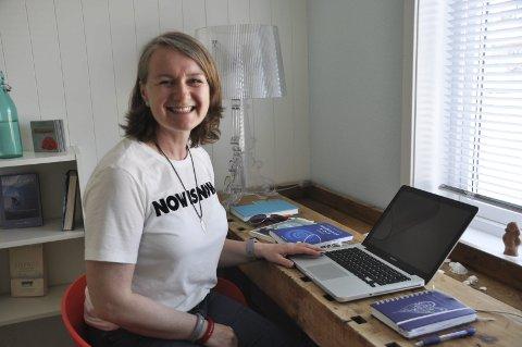 GLEDER SEG: Anne Lise Helmersen i Ergo Anne gleder seg til å hjelpe folk i alle andre til å bli glad igjen. Foto: Kai Nikolaisen