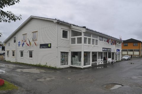 Hybler: Oddny T. Olsen og Trond Olsen bygger opp halve forretningsgården på Leknes til hybler.