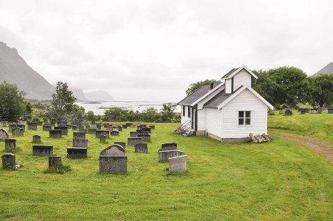Utsikt: På godværsdager er det fin utsikt fra kirkegården i Storfjord og til Henningsvær. Stedet er populært for campere. Foto: Lise Fagerbakk