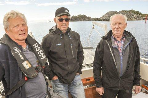 Rydd opp: Gunnar Olsen, Hans Nybakk og Jan Erik Selnes i Stamsund båtforening, mener det bare er flaks at ikke flere båter har gått seg fast på bunnfyllingen bak dem. Fyllingen, som i 2011 var ment å bli en molo. Foto: Lise Fagerbakk