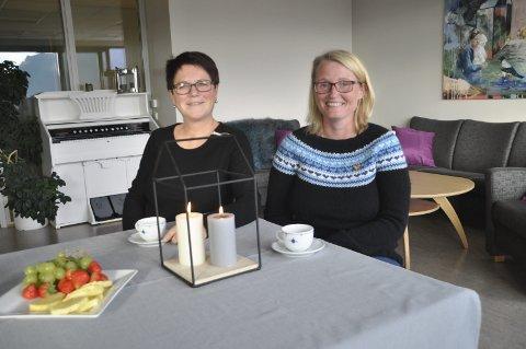 FAST PLASS: Aud Karin Larsen og Lone Skjerpeng i stua som også denne høsten blir base for Møteplassen. 7. september er første møte. Foto: Kai Nikolaisen