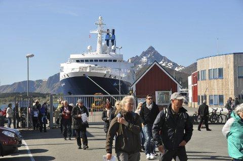 FOLKSOMT: Over 60.000 passasjerer har strømmet i land i cruisehavna. Foto: Kai Nikolaisen