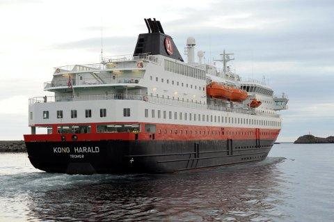 Vederlag: «Kong Harald» og de andre skipene som anløper Svolvær havn vil måtte betale vederlag i tråd med prinsippene i dommen fra Bodø Havn. Foto: Knut Johansen