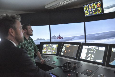 SKIPSFØRER: Kunnskapsministeren fikk prøve simulatoren ved Lofoten Maritime fagskole med kyndig hjelp av elev David Edvardsen fra Digermulen. Foto: Kai Nikolaisen