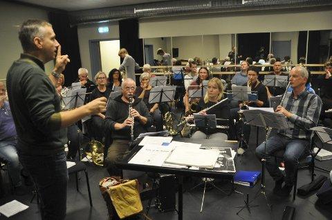 Fra Romania til Vestvågøy: Cosmin Harsian i gang med sin andre øvrig med Vestvågøy Janitsjar. Han har vært dommer i korpskonkurransen Nordavind i Svolvær tidligere. Harsian er nesten ferdig med sin utdannelse som dirigent i tillegg til å ha en professortittel i klarinett fra hjemlandet.