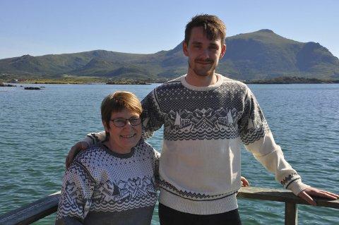 GENSER: Oddny T.Olsen og ansatte Sigve Willumsen med kystgenseren som Oddny har designet. Foto: Kai Nikolaisen