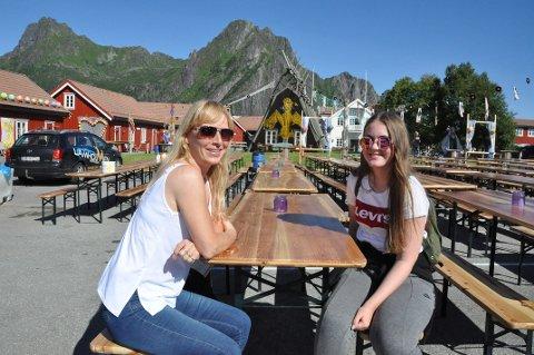 Heidi Nygård fra Harstad og Torunn Håvik fra Trondheim har sikret seg den fremste benken foran scenen.