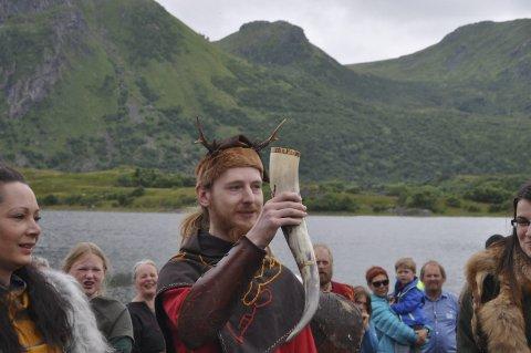 Skål: Audun Skree er med på et kampshow og hadde reist fra Bergen. Han skålte for en fredfull festival med kaldt øl og varme bål